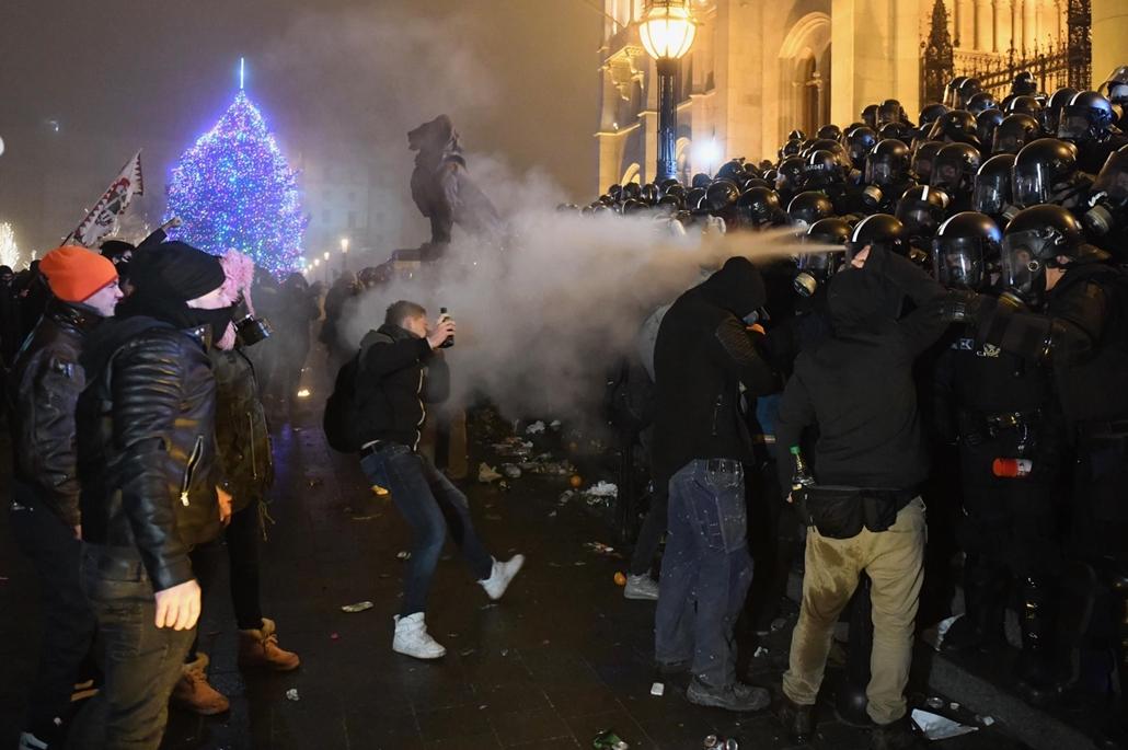 rev. 18.12.13. tüntetés rabszolgatörvény Kossuth tér könnygáz