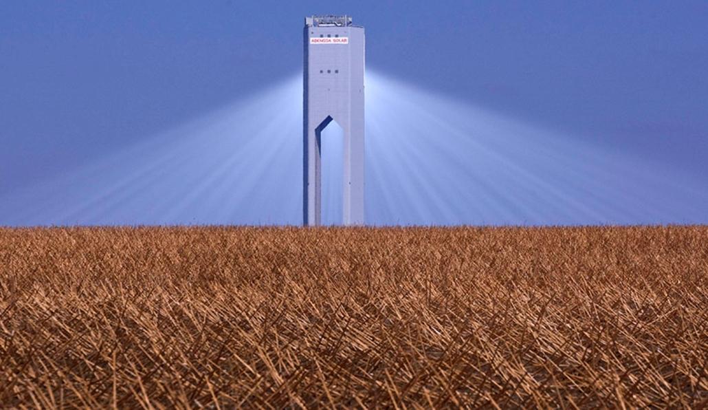 A világ legerősebb kereskedelmi célokat szolgáló szolártornya Spanyolországban. A toronyba tükrök segítséggel juttatják el a napfényt, ahol gőzturbinák segítségével elektromos áramot fejlesztenek.
