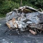 Fotók: Két halott a felismerhetetlenségig kiégett autóban