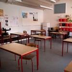 Szárnyakat viselnek a diákok az egyik kínai iskolában a társadalmi távolságtartás érdekében