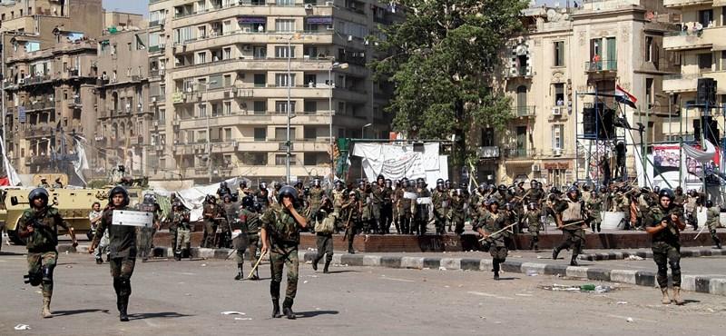 Összecsaptak Kairóban a katonák és a tüntetők