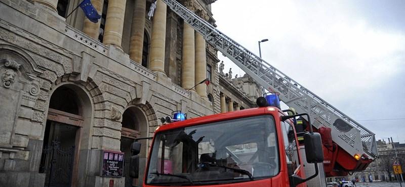 Taxistüntetés: az összes tűzoltódarut Budapestre rendelték