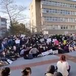 Rendőrök csaptak össze tüntető diákokkal, miután Erdogan nevezte ki az egyik isztambuli egyetem rektorát