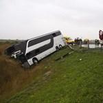 Fotó a tizenhárom sérülttel járó buszbaleset helyszínéről