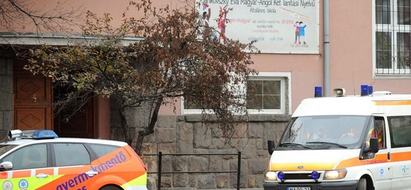 Szekrény dőlt a diákokra egy kőbányai iskolában, többen megsérültek