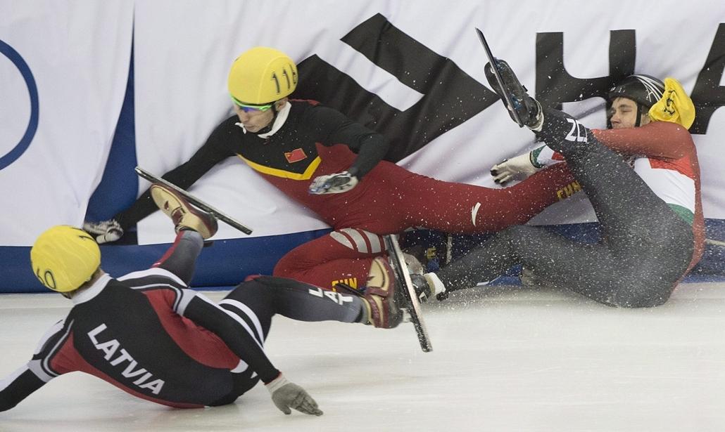 AP_! - dec.1-ig_! - Montreal, Kanada:  lett Roberto Pukitis, a kínai Vu Ta-csing és a magyar Knoch Viktor (b-j) bukása a montreali rövidpályás gyorskorcsolya világkupa férfi 1000 méteres negyeddöntőjében - Rövidpályás gyorskorcsolya - Vu Ta-csing , Knoch