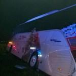 14 ember sérült meg az M1-esen egy buszbalesetben