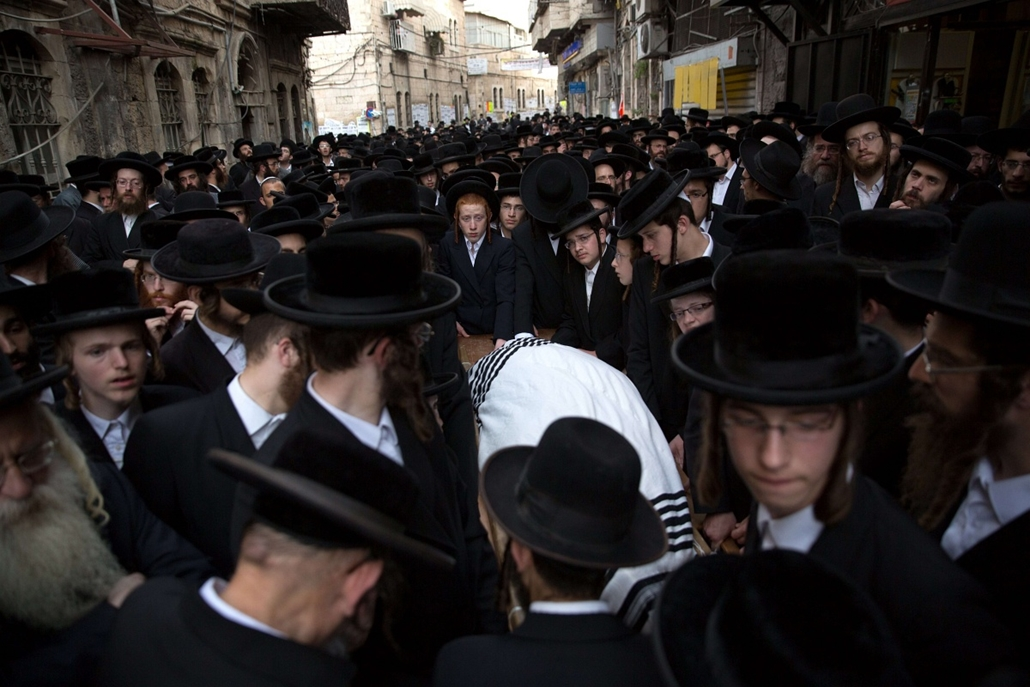 afp. hét képei - Jeruzsálem, zsidók, palesztin - 2015.10.13. Thousands of Utra-Othodox Jews walk behind the body of 60-year old Yishaya Krashevsky during his funeral after he was killed earlier in the day when a Palestinian drove a car into pedestrians wa