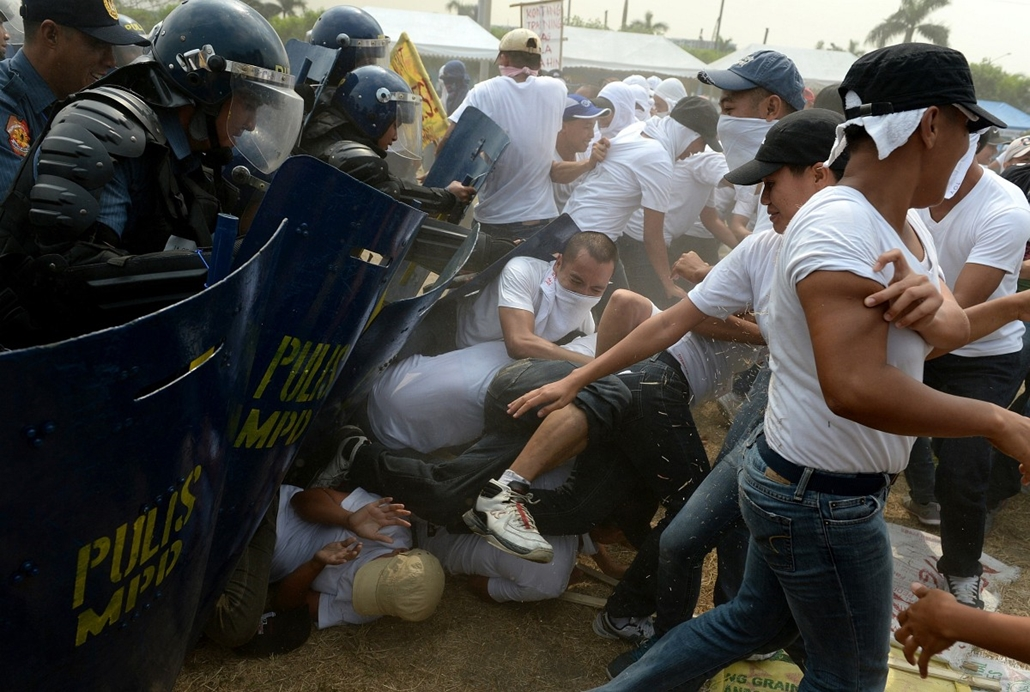afp. hét képei - Fülöp-szigetek , Manila, tüntetés 2014.04.23. Mock protesters scuffle with riot policemen during police exercises to manage civil unrest in Manila on April 23, 2014 ahead of a visit by US President Barack Obama. The US leader plans to vis