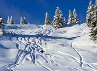 Klímaharc vs gazdagok: helikopterrel szállítják a havat a sípályákra