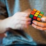 Három Rubik-kockát rakott ki, miközben zsonglőrködött velük