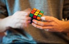 Ha rosszkor pislog, lemarad arról, ahogy a mesterséges intelligencia kirakja a Rubik-kockát