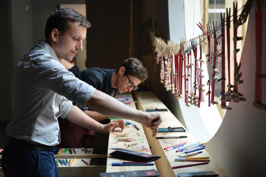 kka. Velencei Biennále 2014.06. nagyításnak - Csipeszelők a magyar pavilonban - az építés folyamatát középpontba állító kiállításon az installációt a látogatók készítik