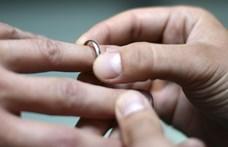 Mennyi az esélye annak, hogy egy menyasszony álmában lenyeli a jegygyűrűjét?