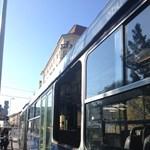 Visszaengedik a forgalomba a buszt, amelynek kidőlt az ablaka – fotó