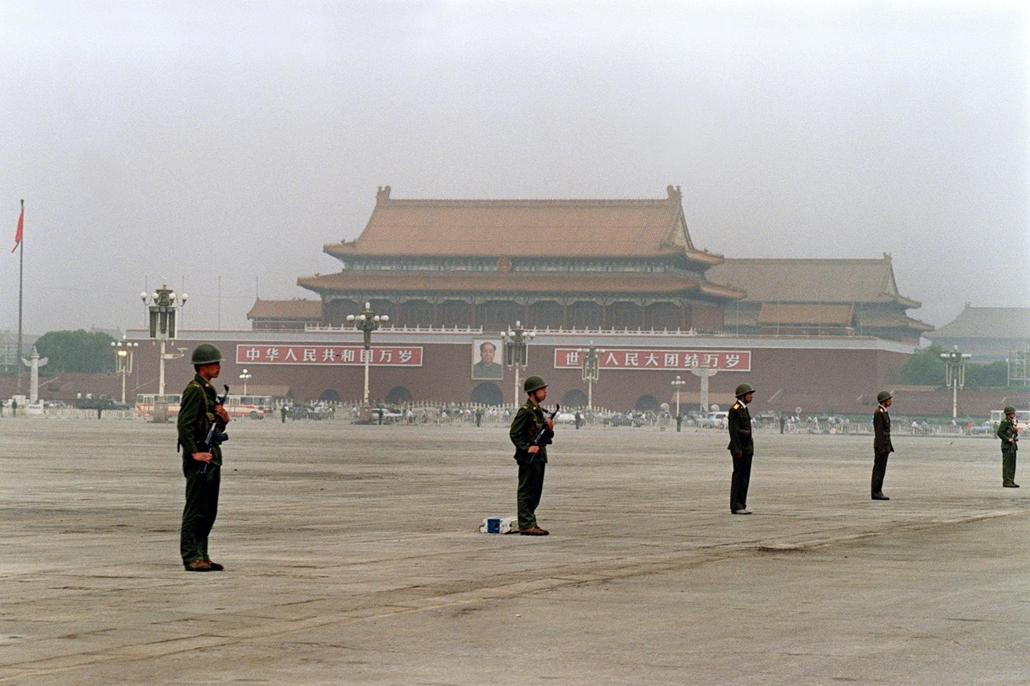 afp Tienanmen tér NAGYÍTÁS katonák állnak a reggeli ködben a kiürített téren 1989. június 13-án