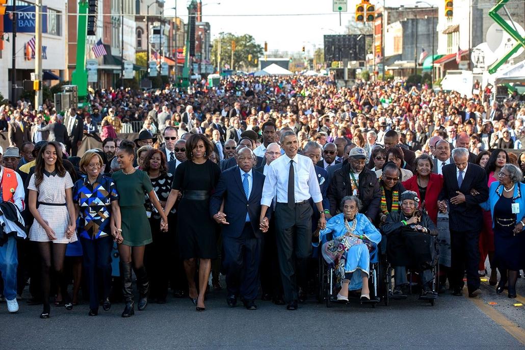 lehetőleg ne - flickrCC_! - Barack Obama családjával együtt részt vesz egy felvonuláson, Alabamában. A menet során az 1965-ös év áldozataira emlékeztek, akik az afro-amerikaiak választójogáért folytatott harcban estek el.