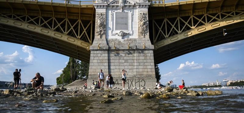 Most Braille-írással fújták fel Simicska véleményét Orbánról a Margit hídra
