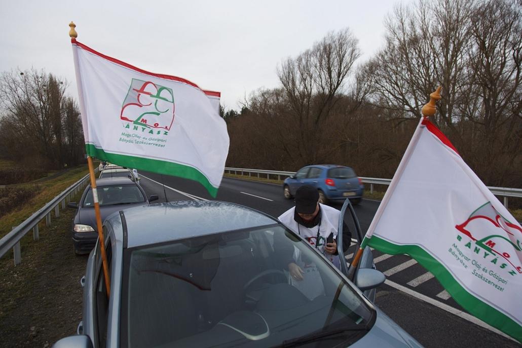 mti. Útlezárások - Nagykanizsa 2014.12.15. AFélpályás útlezárás a Liga Szakszervezetek forgalomlassító demonstrációján Nagykanizsán, a 7-es főúton 2014. december 15-én. A Liga demonstrációin a tervek szerint az ország 62 pontján legalább 1600 gépkocsi las