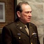 Tommy Lee Jones vissza tér és Douglas McArthur tábornokot kelti életre