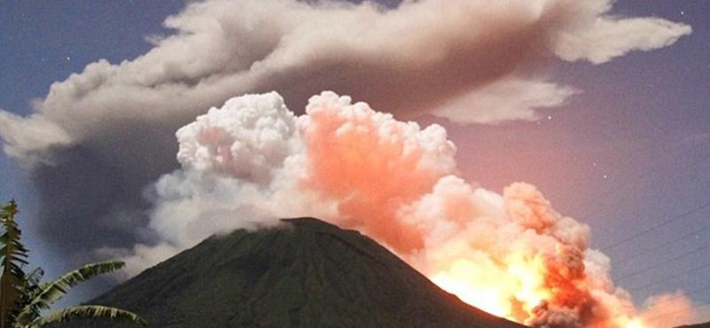 Óriás hamufelhőt lövell egy vulkán - fotó