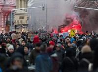 Az osztrákoknál is forró a helyzet, 17 ezren tüntettek a kormány ellen