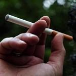 Még nem büntették a megállókban dohányzókat