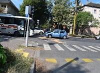 Mobilozás közben busznak hajtott egy autós Győrben