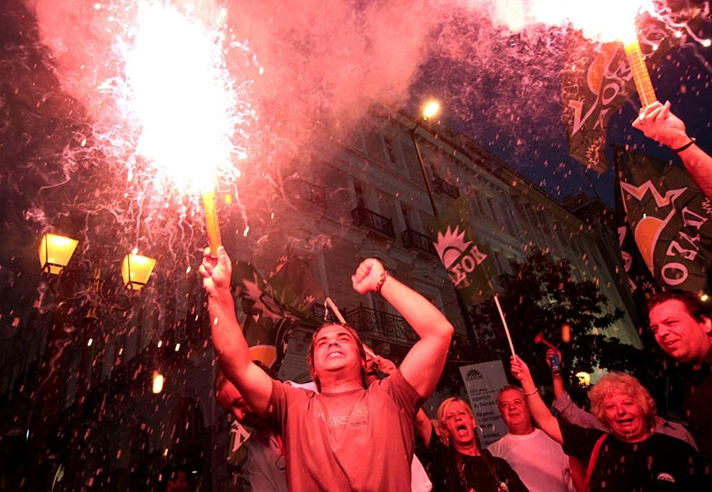 A görög ellenzéki Pánhellén Szocialista Mozgalom, a PASZOK támogatói ujjonganak a görög előrehozott parlamenti választások eredményeinek hallatán Athénban. A választóhelyiségből távozók kikérdezésén alapuló közvélemény-kutatások szerint a választásokat a PASZOK nyerte meg.