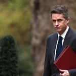 Kirúgták a brit védelmi minisztert, a Huawei-ügy van a háttérben