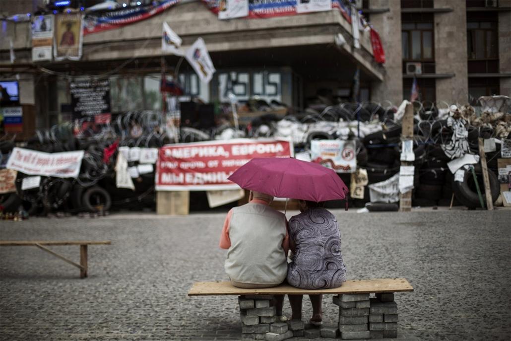 afp. nagyításhoz - esernyő - eső, időjárás, zivatar, vihar, Donyeck, Ukrajna, 2014.05.19.