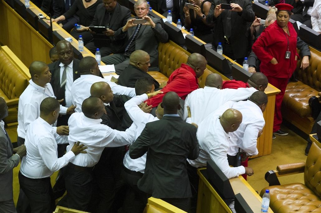 afp. Rendzavarás a dél-afrikai parlamentben 2015.02.12. Fokváros, A Gazdasági Szabadságharcosok (EFF) nevű dél-afrikai ellenzéki párt vörös ruhás képviselői és egy biztonsági szolgálat fehér inges emberei dulakodnak, miután az EFF tagjai megzavarták az ál
