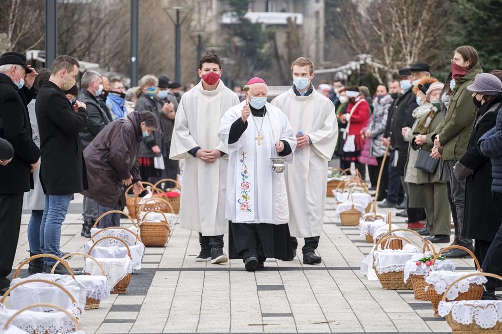 mti.21.04.04. Húsvétvasárnapi ételszentelés Csíkszereda főterén 2021. április 4-én. A hagyomány szerint a katolikus hívők a húsvéti sonkára, kalácsra, tojásra és a borra kérnek áldást