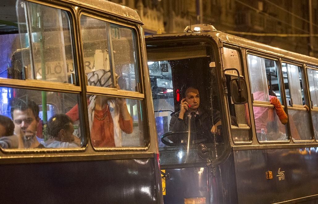 tg.2015.09.05._keleti_éjfélkor_elindulnak_a_buszok_ausztriába_migránsok_menekület_kiürül a keleti