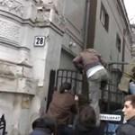 Így hatoltak be a Fidesz székházába – videó