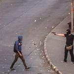 Fotók: fegyveres tüntetők szaladgálnak a Tahrír téren