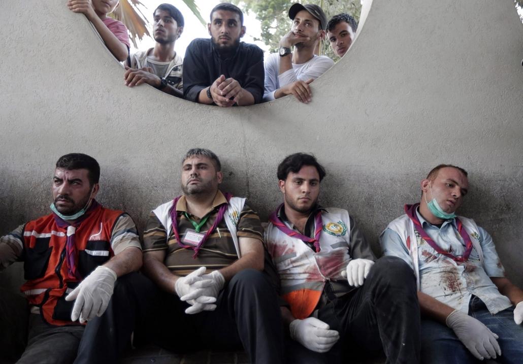 AP!!! augusztus 14-ig! hét képei - Gáza 2014.07.30. Palesztin mentősök pihennek a gázai Sifa kórházban 2014. július 30-án, amikor a Gázai övezetet uraló Hamász radikális palesztin iszlamista szervezet és Izrael között több mint hátom héttel korábban kirob