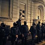 Már a második éjszakát töltötték a fogdán a Fidesz-székháznál előállított tüntetők