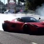 A nap videója: Nemcsak a budapesti forgalomban szokás Ferrarival driftelni