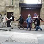 Élőlánc az ELTE körül: több százan tiltakoztak az elbocsátások ellen