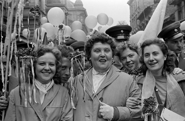 e! Minden múlt a múltam  kiállítás MNG 1957. Magyarország, Budapest VII. Murányi utca a Thököly út felől a Garay tér felé nézve. Május 1-i felvonulók.