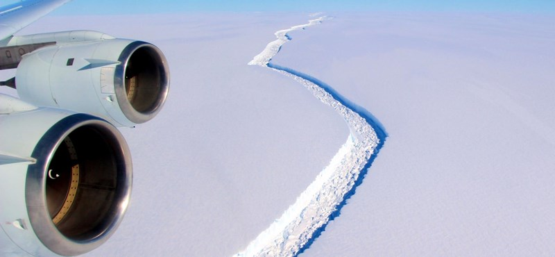 """""""Sokkoló"""" – mondta a NASA tudósa, és mutatta a fotókat: így távolodik az Antarktisztól az 1 billió (!) tonnás jégdarab"""