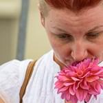 Fehér ruhás nők tüntettek a fehérorosz nagykövetség előtt Budapesten