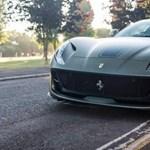 Büszkén mutogatja serpenyő színű, 800 lovas Ferrariját Gordon Ramsey