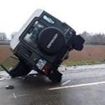 Megpördülő Porsche ütött ki egy Land Rover Defendert - fotók