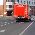 Hatalmasat vészfékezett egy tűzoltóautó, mert elé lépett egy gyalogos - videó