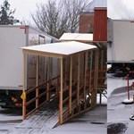 Fotók: Ilyen tetőt tákolt a hóban CT-re hurcolt betegek fölé a kórház