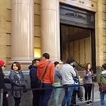 Videók: így álltak sorba a felhasználók az új iPhone-okért
