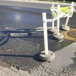 Már a szennyvíz is feltört a veszélyes solymári úthibánál – fotók