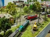 Csodálatos alternatív világ bújik meg egy vasútmodellező pesti garázsában